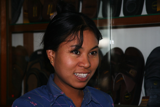 Bagan1 Verkoopster in sandalenfabriekje   1710_5963.jpg