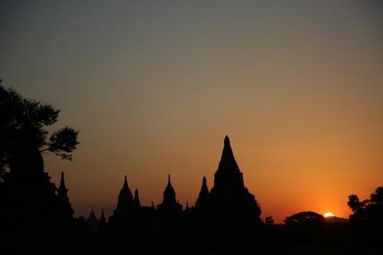 Bagan2 Bagan Zonsondergang tussen de pagodes    2200_6119.jpg
