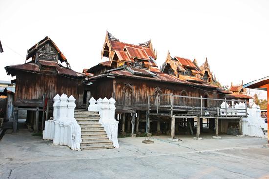 Inlemeer1 Inle lake - Nyaungshwe Shwe Yaunghwe Kyaung monastery klooster met zijn kenmerkende ovale ramen   2880_6918.jpg
