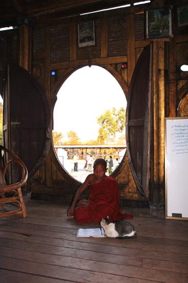 Inlemeer1 Inle lake - Nyaungshwe Shwe Yaunghwe Kyaung monastery klooster met zijn kenmerkende ovale ramen   2890_6923.jpg