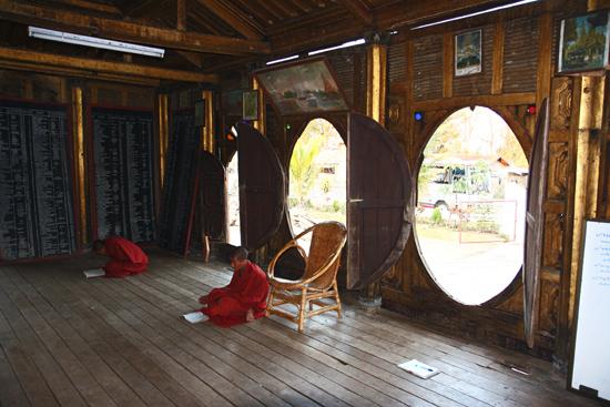 Inlemeer1 Inle lake - Nyaungshwe Shwe Yaunghwe Kyaung monastery klooster met zijn kenmerkende ovale ramen   2900_6934.jpg