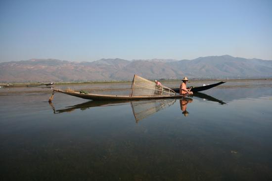 Inlemeer1 Inle lake  Beenroeiers met hun visnetten   2930_7487.jpg