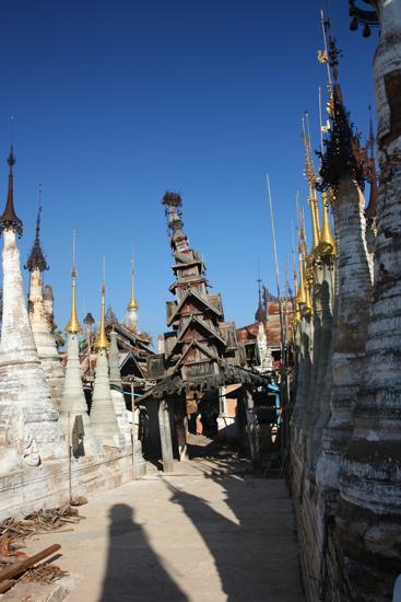Inlemeer1 Inle lake - Indein Shwe Inn Tein Paya Zeer oude verweerde stupa's. Houten toren kan steuntje gebruiken    3250_7302.jpg