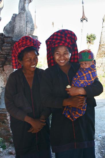 Inlemeer1 Inle lake - Indein Shwe Inn Tein Paya Trotse Oma en Mama Blij met een kleine vergoeding voor de foto    3290_7312.jpg