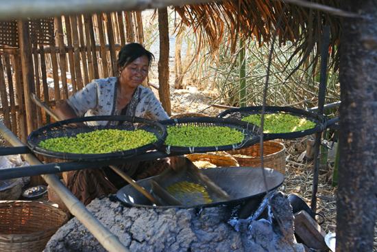 Inlemeer2 Inle meer - Kaung Daing Bereiding van sojabonen   3740_7791.jpg