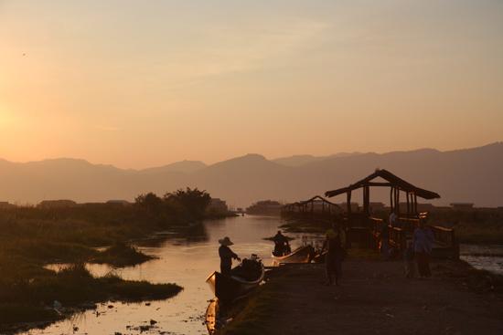 Inlemeer2 Opnieuw een sfeervolle zonsondergang op het Inle meer, nu bij Maing Thauk   3780_7847.jpg