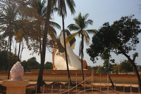 Bago Bago  Naung Daw Gyi Mya Tha Lyaung Liggende Boeddha   3860_7995.jpg