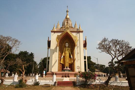 Bago Bago  Pagode tussen de twee liggende Boeddha's in   3880_8007.jpg