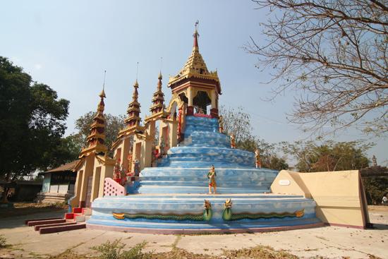 Bago Bago  Pagode tussen de twee liggende Boeddha's in   3890_8009.jpg