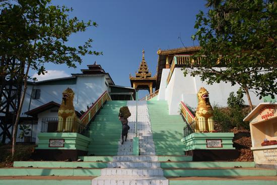 Bago Bago Entree van de Hintha Gon Paya pagode �   3950_8055.jpg