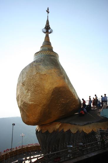 Goldenrock Kyaitktiyo (Golden Rock) De rots is in juiste balans door een haar van Boeddha   4120_8163.jpg