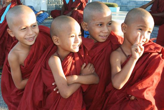Goldenrock Kyaitktiyo (Golden Rock) Jonge monniken op de top   4150_8189.jpg