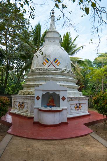 Balapitiya Tempeltje op eiland tijdens boottocht op de Madu rivier-0200