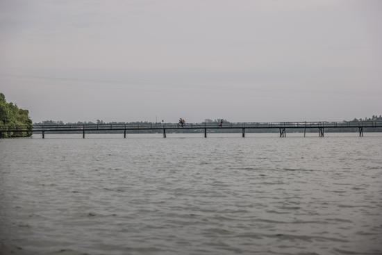 Balapitiya Zeer lange houten brug over de Madu rivier-0210