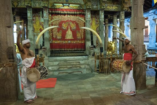 Kandy Tempel van de Tand  Tromgeroffel tijdens de dienst-2310