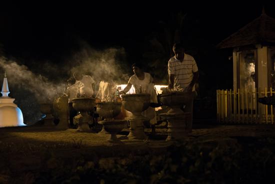Kandy Tempel van de Tand  Branden van de wierookstokjes-2430