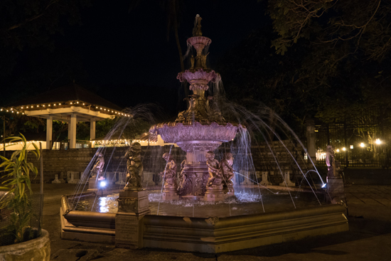 Kandy Tempel van de Tand  Fraaie fontein ter gelegenheid van een bezoek van de Prins van Wales in 1875-2440