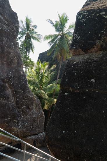 Aluviharaya Rotstempel  Mooi doorkijkje door de rotsen bij de tempel-2500