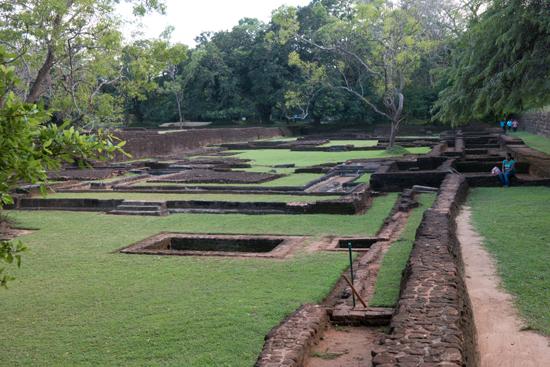 Sigiriya Leeuwenrots  Restanten van tuinen aan de voet van de rots-2600