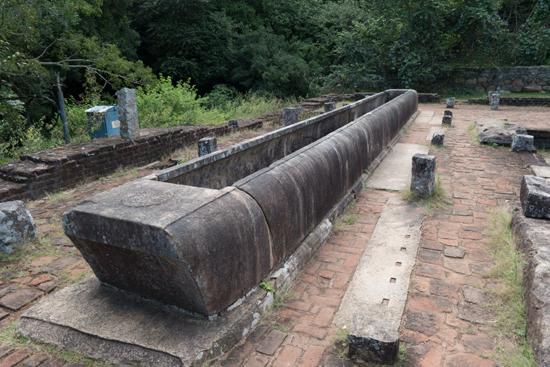 Mihintale - Anuradhapura  Stenen bak waarin voedsel voor bezoekers aan de tempel werden bereid-3160