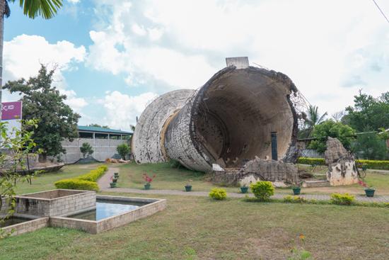 Elephant-Pass memorial  Opgeblazen watertoren-3770