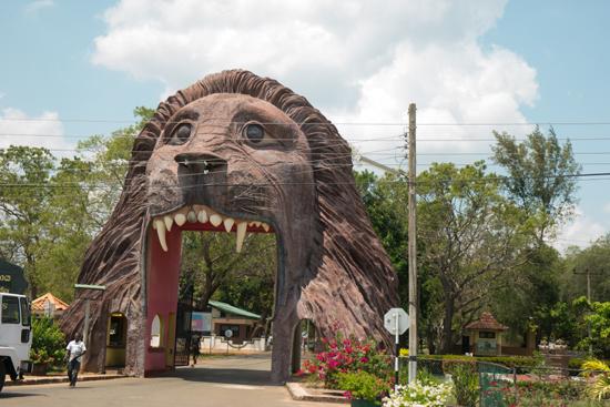 Onderweg naar Negombo Merkwaardige toegangspoort tot kazerne-4040