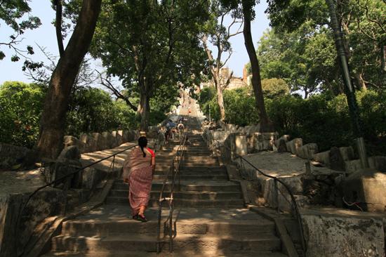 Steile stenen trappen bij de Swayambhunath tempel (Apentempel - Monkey tempel) -0130
