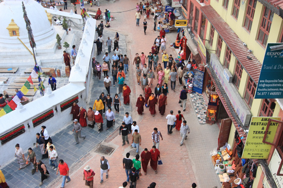 Pelgrims bij de stupa in Bodhnath-0560