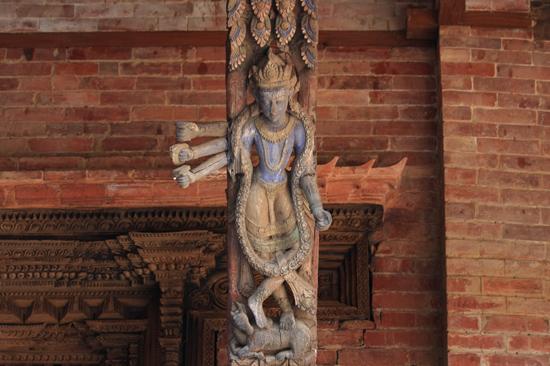 Patan (Lalitpur) Fraai houtsnijwerk in het Koninklijk Pleis - Royal Palace op Durbar Square-0590