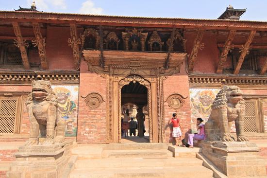 Patan (Lalitpur) Beeld bij de ingang van het Koninklijk Paleis -Royal Palace op Durbar Square-0630