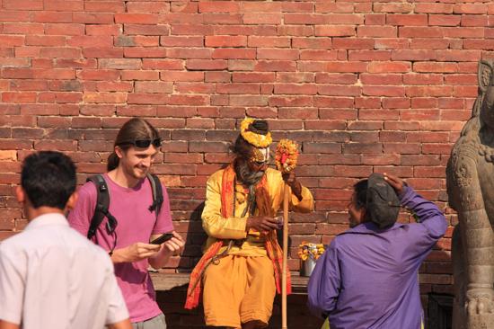 Commerciele heilige man - eerst belaten, dan foto maken ... Patan (Lalitpur) Durbar Square-0670