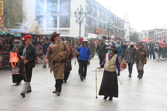 Pelgrims in Barkhor-district, de straten rond de Jokhang tempel in het centrum van Lhasa, de oudste en heiligste tempel in Tibet (Anno 650). Barkhor is een fascinerende combinatie van vrome beleving en commercie-0920