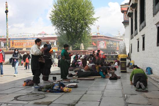 Prostrerende pelgrim bij de ingang van de Jokhang tempel in Lhasa - Tibet-0990