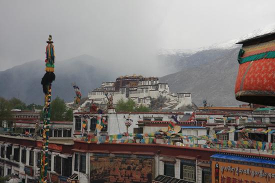 Uitzicht op het Potala Paleis vanaf de Jokhang tempel in Lhasa-1030