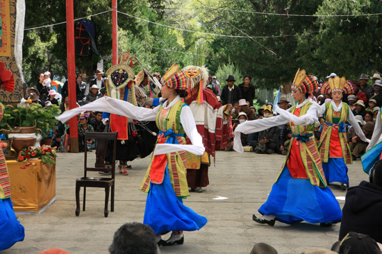 Traditionele Tibetaanse dans en muziekshow in de botanische tuinen van NorbulingKa, het zomerverblijf van de Dalai Lama's in Lhasa-1120