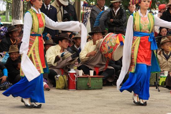 Traditionele Tibetaanse dans en muziekshow in de botanische tuinen van NorbulingKa, het zomerverblijf van de Dalai Lama's in Lhasa-1140