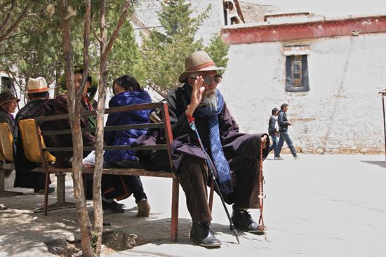 Oude man in het Sera klooster, 5 km ten Noorden van Lhasa-1160