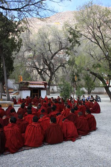 Mediterende monniken op de binnenplaats van het Sera klooster-1200