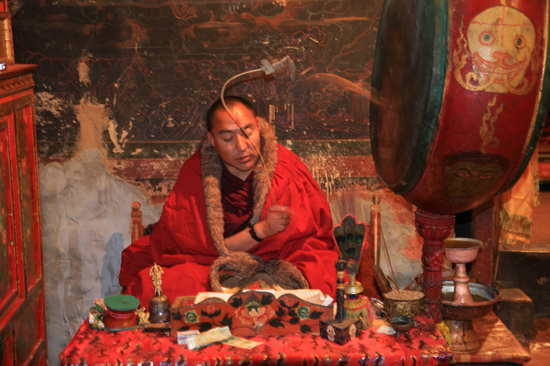 Mediterende monnik in het prachtige Samye klooster, helaas wegens omstandigheden voor ons het einde van een geweldige reis-1280
